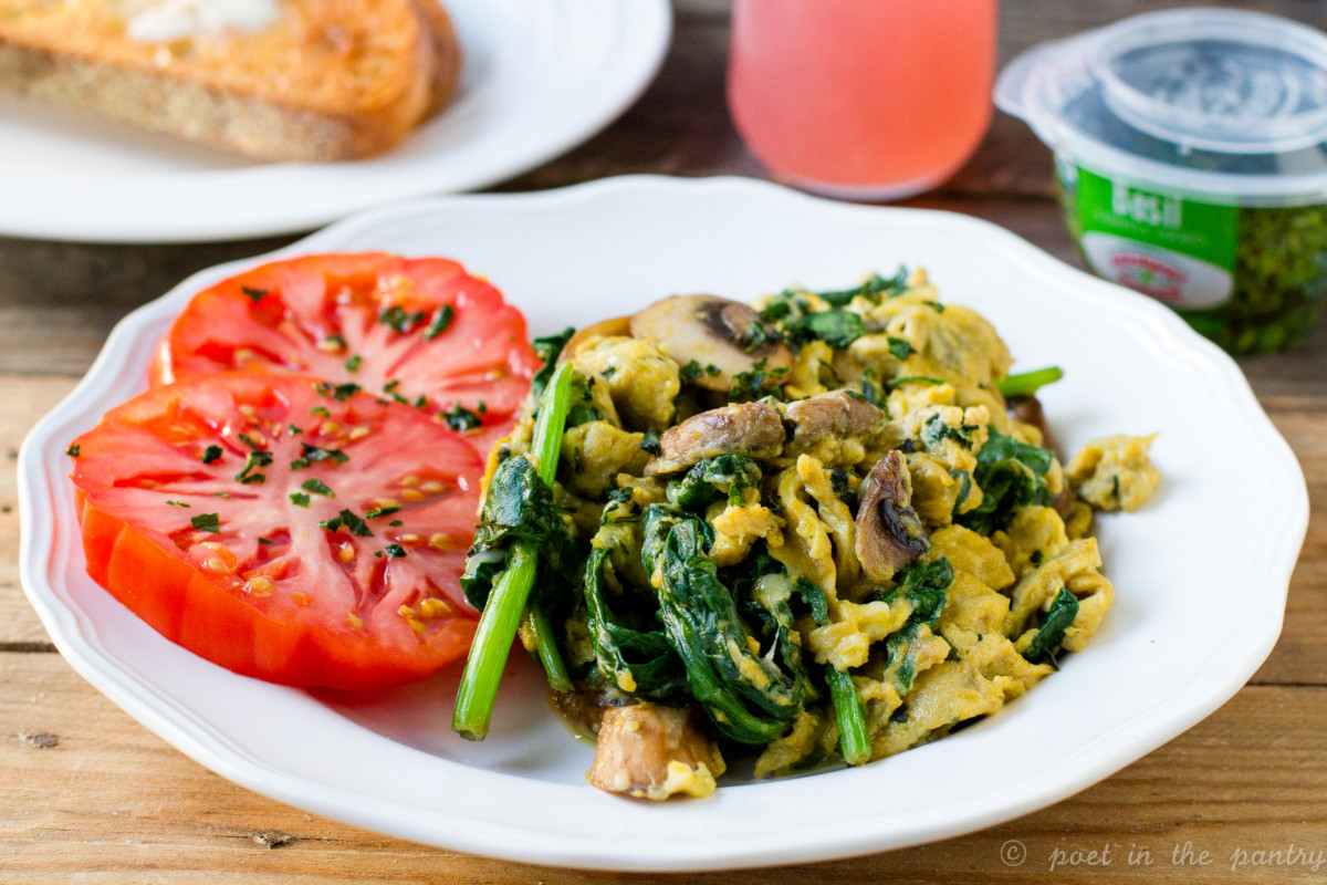 Scrambled eggs with spinach and mushrooms